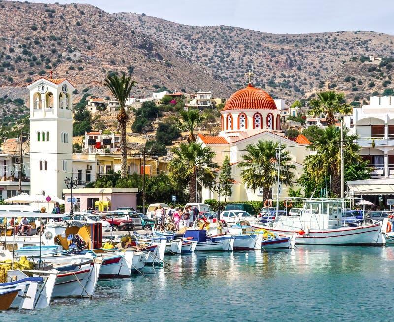 Abrigue la ciudad de Elounda en la isla de Creta foto de archivo