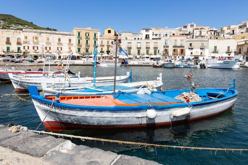 Abrigue Lipari en las islas eólicas de Sicilia, Italia foto de archivo
