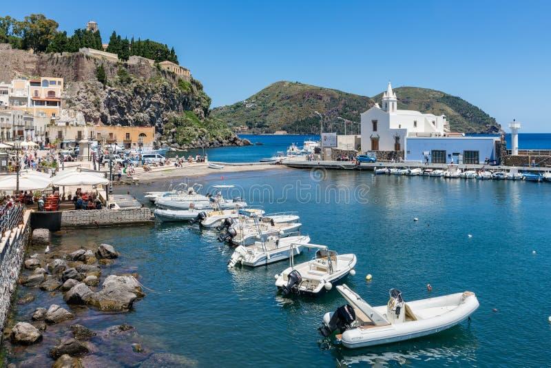 Abrigue Lipari en las islas eólicas de Sicilia, Italia fotografía de archivo