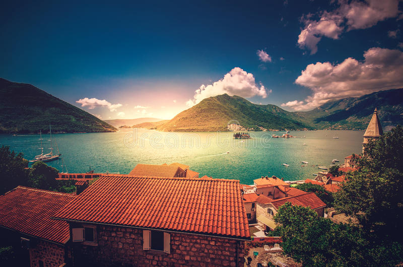 Abrigue na baía Boka Kotorska de Boka Kotor, Montenegro, Europa imagem de stock royalty free