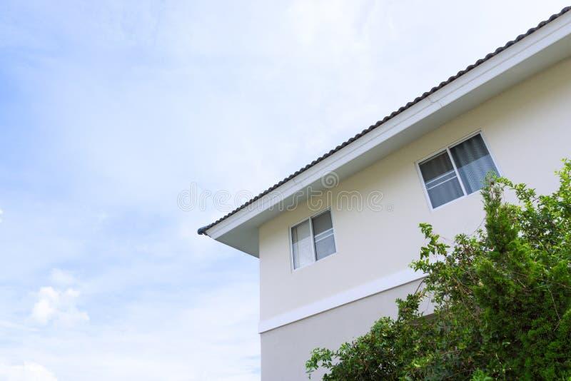 Abrigue o telhado com as grandes janelas no fundo do céu azul foto de stock royalty free