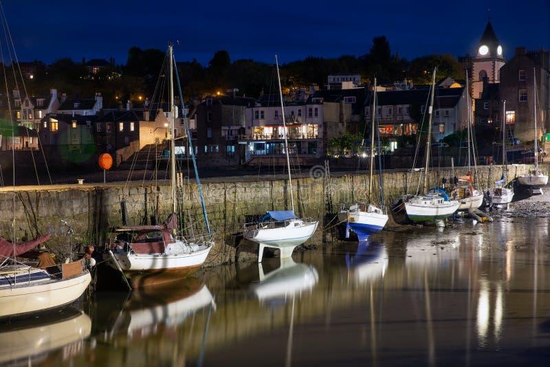Abrigue Queensferry en la noche cerca adelante tienden un puente sobre Edimburgo, Escocia fotografía de archivo libre de regalías