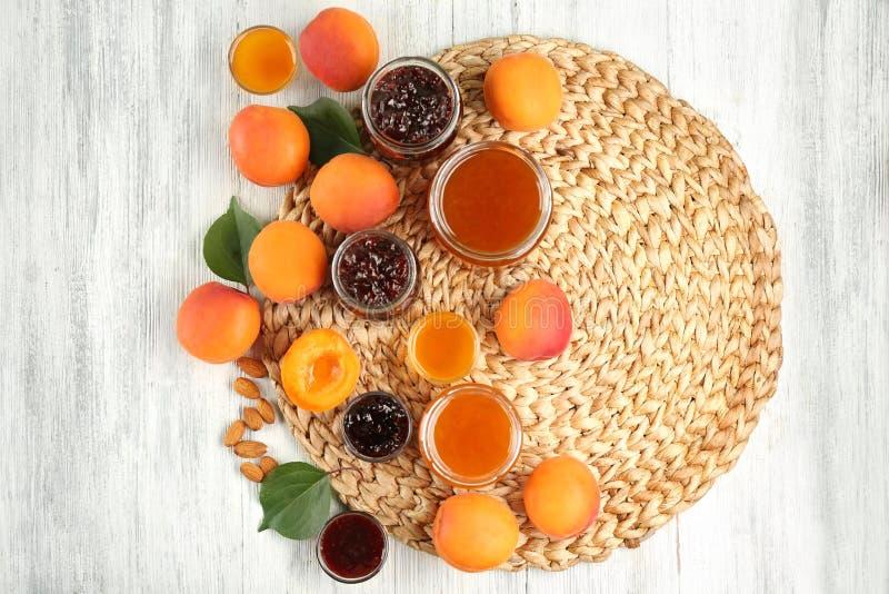 Download Abrikoos En Bessenjam In Kruiken Met Rijp Sappig Fruit Stock Afbeelding - Afbeelding bestaande uit vegetariër, rijp: 107703311