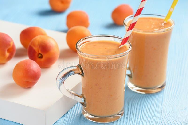 Abrikoos smoothie, gezonde drank, op houten achtergrond stock afbeeldingen