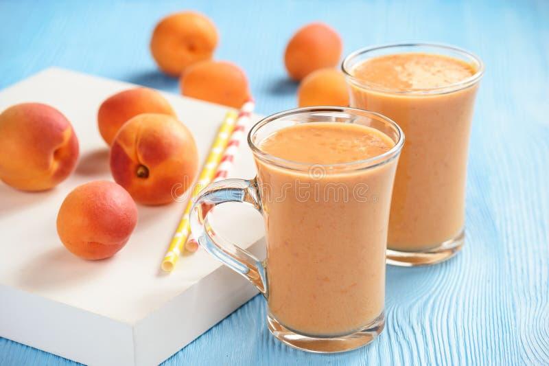 Abrikoos smoothie, gezonde drank, op houten achtergrond royalty-vrije stock afbeelding