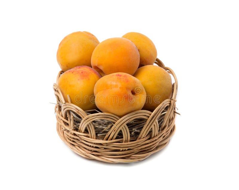 Abrikozen in een rieten mand royalty-vrije stock foto