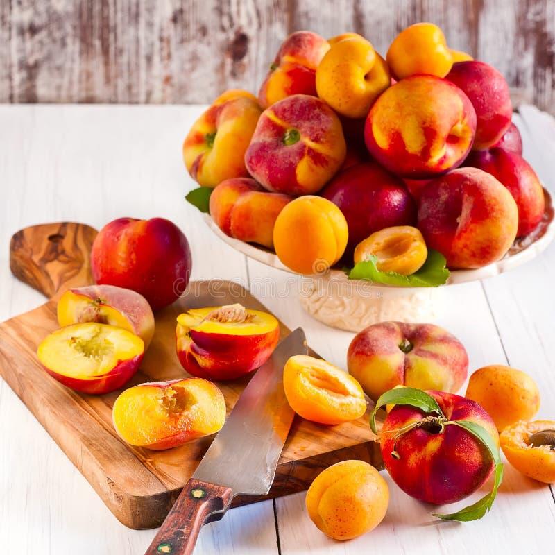 Abrikozen, nectarines en Saturnus-perziken stock afbeelding