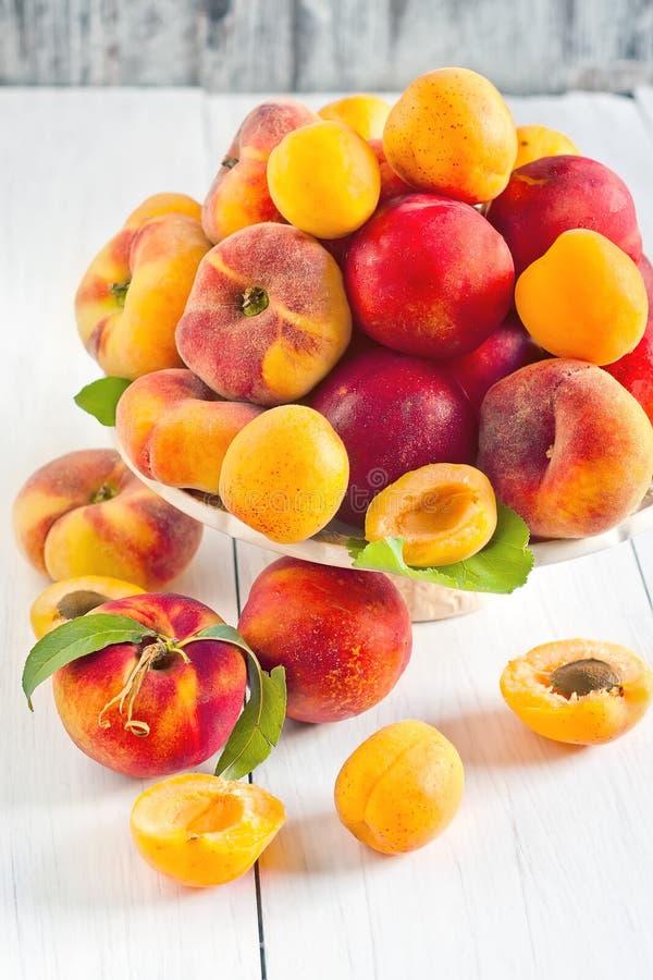 Abrikozen, nectarines en Saturnus-perziken stock foto's