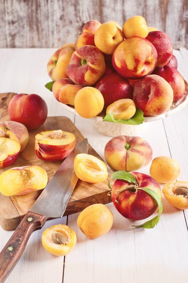 Abrikozen, nectarines en Saturnus-perziken stock afbeeldingen