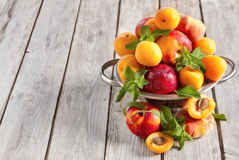 Abrikozen, nectarines en Saturnus-perzikenachtergrond stock afbeelding