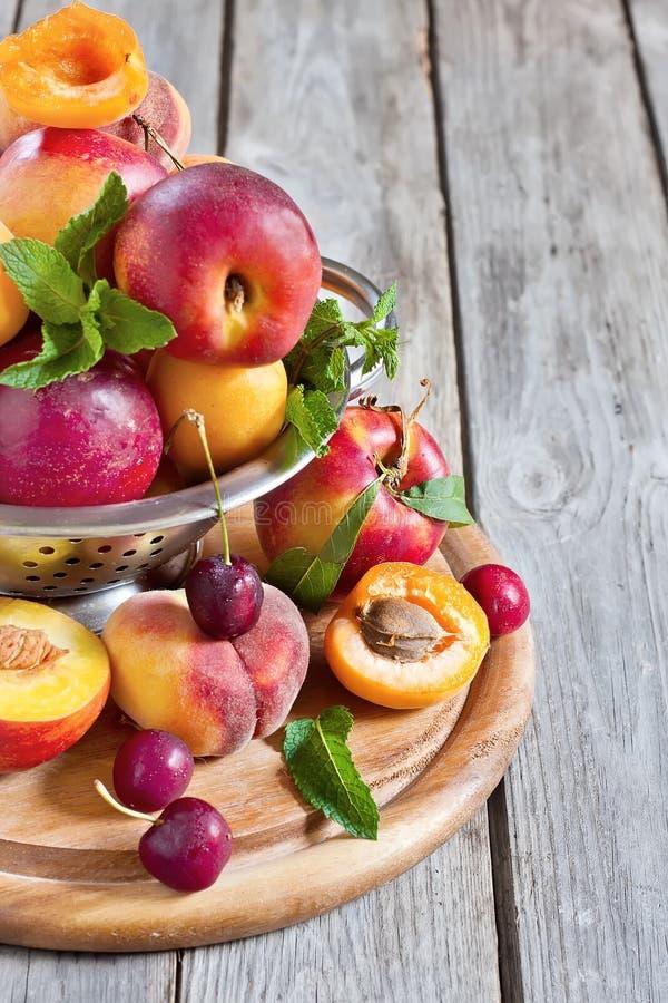 Abrikozen, nectarines en Saturnus-perzikenachtergrond stock afbeeldingen