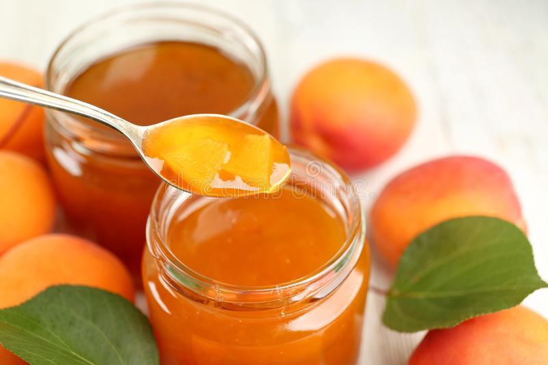 Download Abrikozenjam In Kruiken Met Lepel En Rijp Sappig Fruit Stock Afbeelding - Afbeelding bestaande uit dessert, vers: 107703029