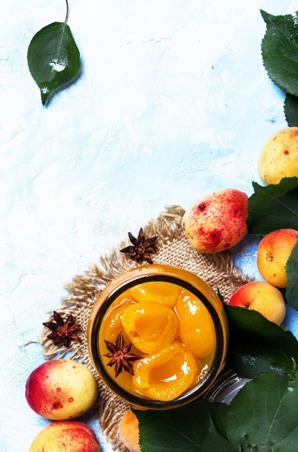 Abrikozenjam met anijsplantsterren en verse abrikozen met bladeren, bovenkant royalty-vrije stock foto's