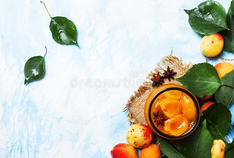 Abrikozenjam met anijsplantsterren en verse abrikozen met bladeren, bovenkant stock afbeeldingen