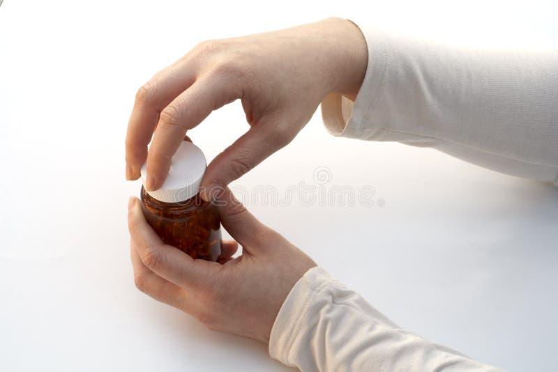 Abrindo um frasco da medicina imagens de stock royalty free