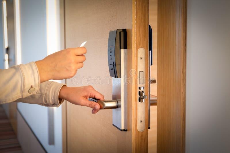 Abrindo uma porta do hotel com o cartão keyless da entrada imagens de stock royalty free