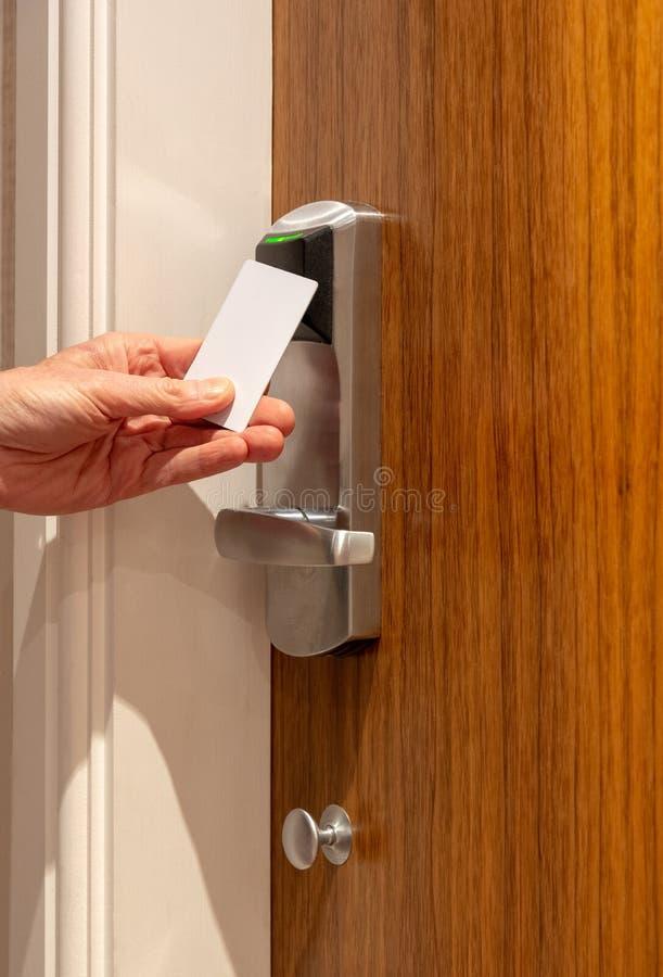 Abrindo uma porta do hotel com um cartão chave sem contato imagem de stock royalty free