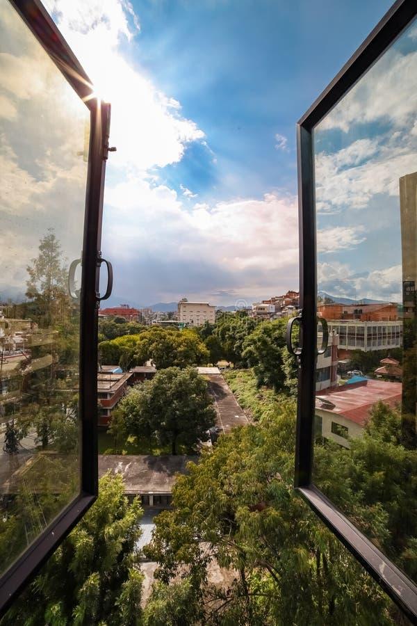 Abrir sereno de janela fotos de stock