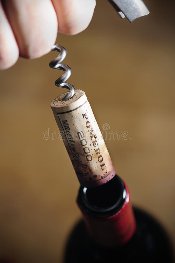 Abrindo uma garrafa de vinho fotos de stock