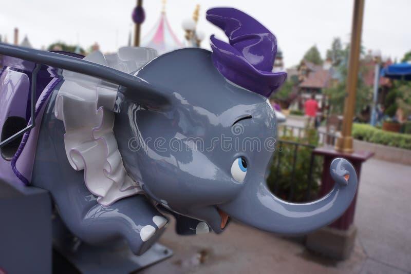 Abruti le tour d'éléphant chez Disneyland images libres de droits
