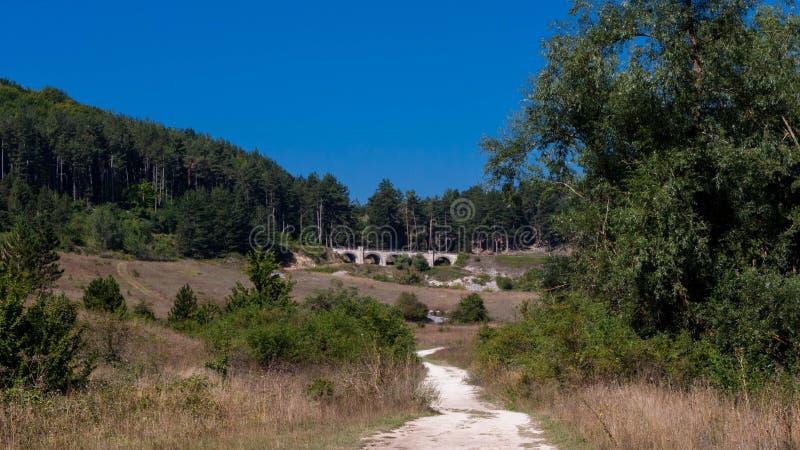 Abruzzo-Bergblick in Italien im Sommer stockbild