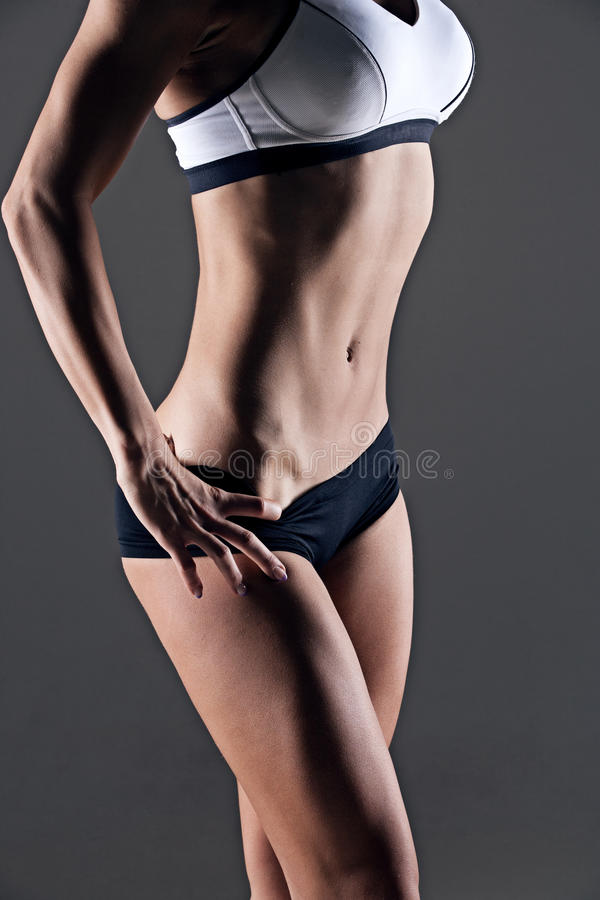 ABS de femme de forme physique de tir de studio de plan rapproché photographie stock libre de droits