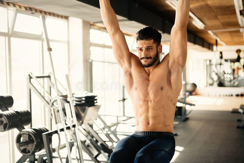 ABS workout από το όμορφο άτομο στοκ εικόνα