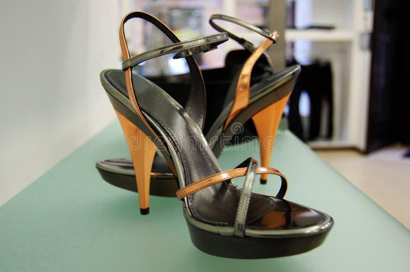 Frau, Die Rote Schuhe In Ihren Händen Anhält Stockfoto