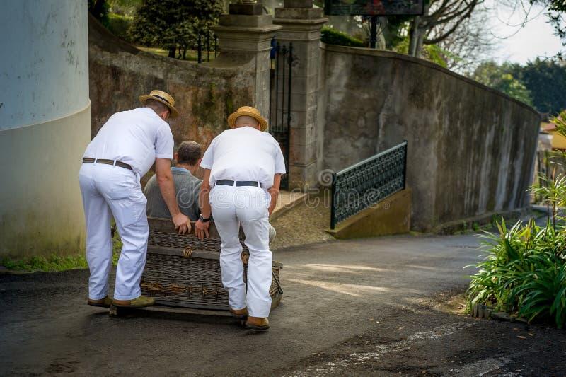 Abschüssige Reiter traditionellen Schlittens Funchals in Monte arbeiten im Garten lizenzfreies stockfoto