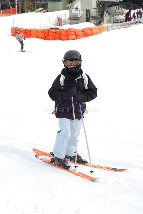 Abschüssiger Ski des Kindes lizenzfreies stockbild