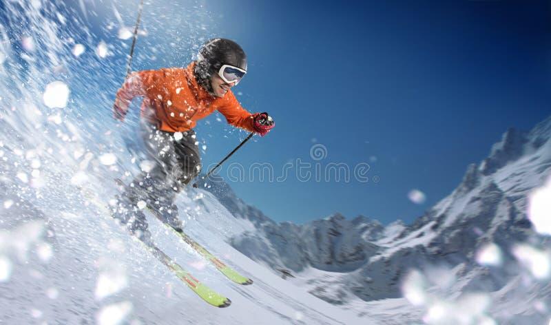 Abschüssiger Skifahrer auf Steigungen lizenzfreies stockbild