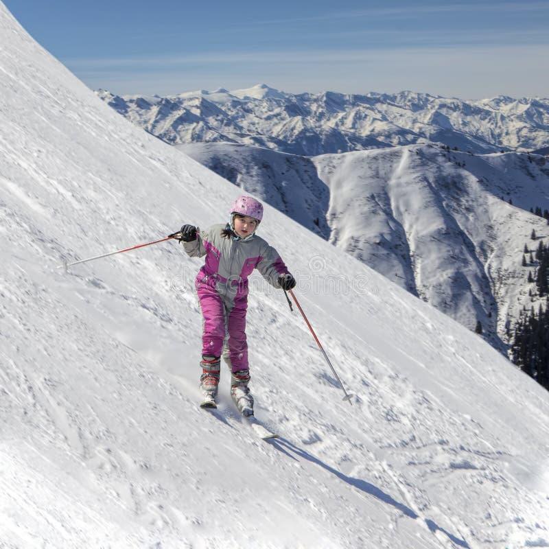 Abschüssiger Skifahrer der Junge stockbilder