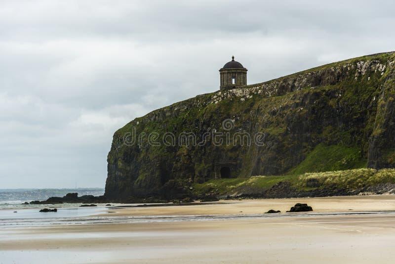 Abschüssiger Strand und Mussenden-Tempel, Nordirland-Küstenlinie lizenzfreies stockfoto