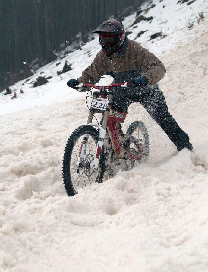 Abschüssiges Rennen der extremen Wintermountainbike lizenzfreie stockfotos