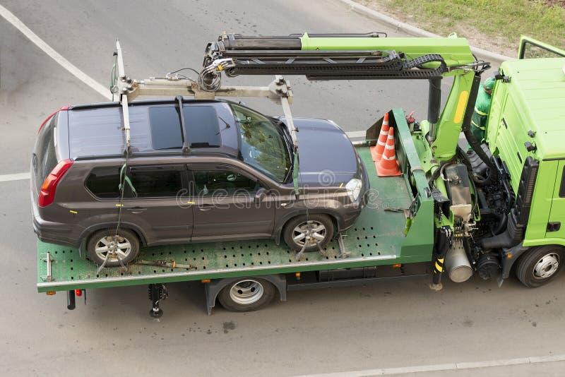 Abschleppwagen evakuiert das Auto f?r unsachgem??es Parken lizenzfreie stockbilder