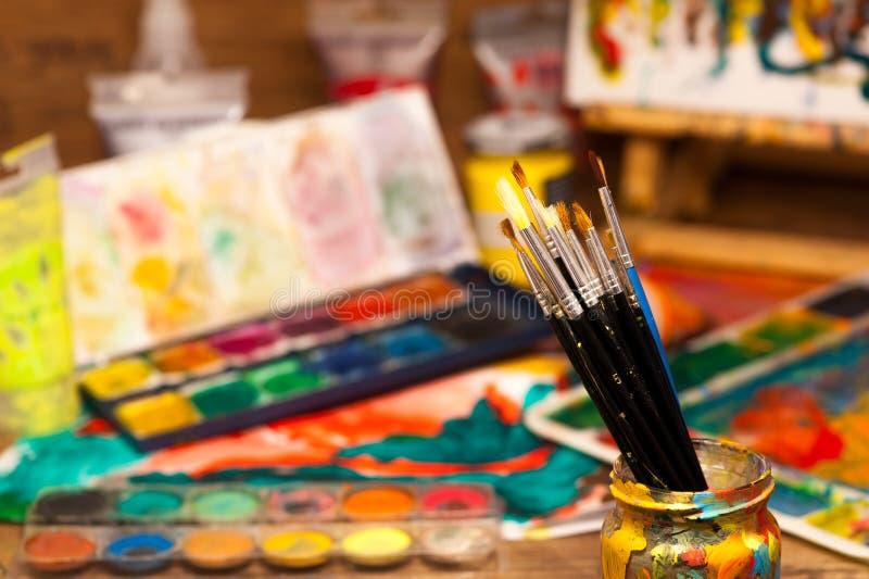 Abschluss bürstet oben Kunstversorgungsfarben für das Malen und das Zeichnen stockfotos