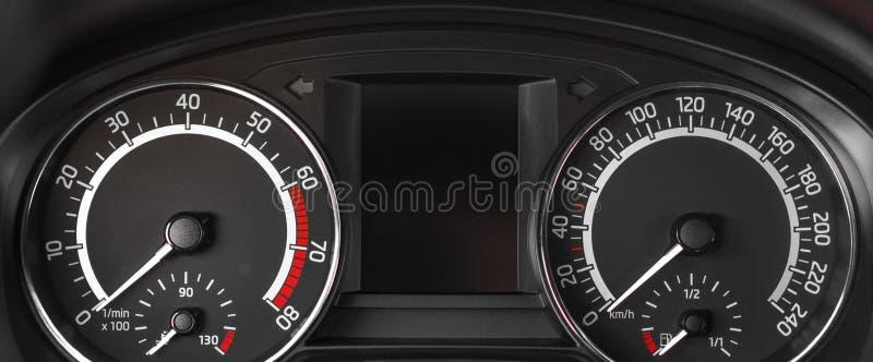 Abschluss bis zur Armaturenbrettplatte mit Tachometer und Geschwindigkeitsmesser stockfoto