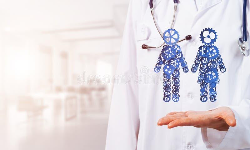 Abschluss der weiblichen Medizinarbeitskraft, die in den Palmengangpaaren zeigt, stellt dar stockbild