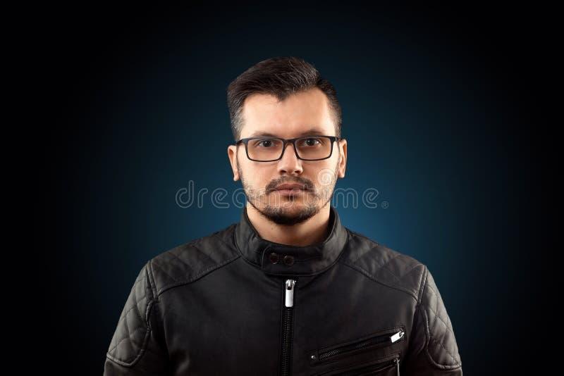 Abschluss des jungen Mannes herauf Porträt, auf schwarzem Hintergrund stockbild