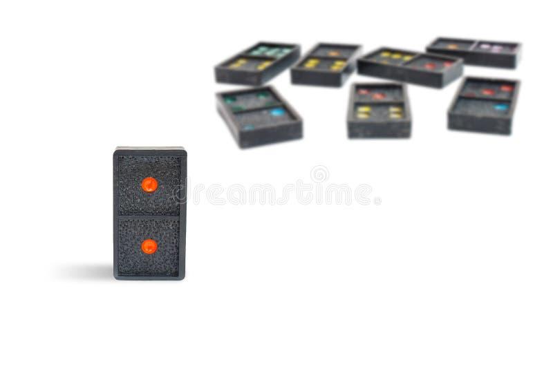 Abschluss herauf alte schwarze Dominostücke mit dem bunten Punkt lokalisiert auf weißem Hintergrund lizenzfreie stockfotos