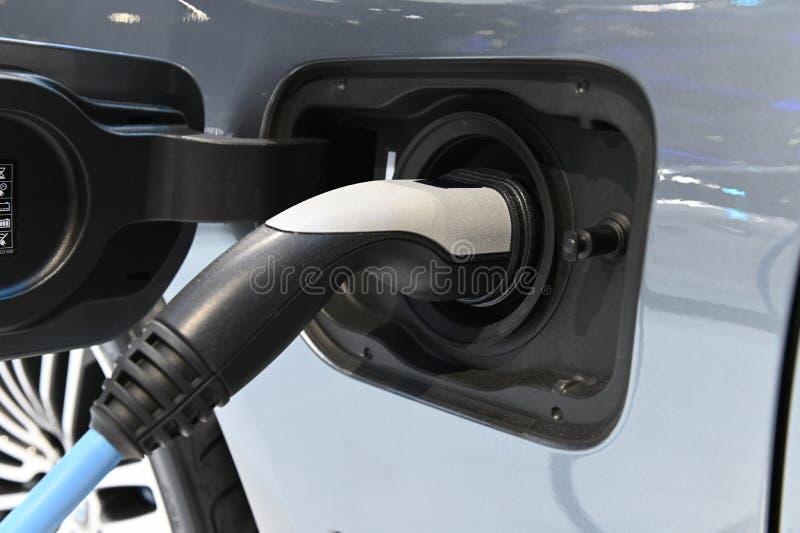 Abschluss herauf Aufladungsprozeß des Elektroautos durch die Stromkabelversorgung angeschlossen lizenzfreie stockbilder
