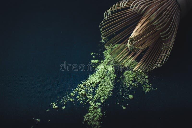 Abschluss herauf Bambus wischen und matcha Pulver grünen Tees auf Schwarzem lizenzfreie stockbilder