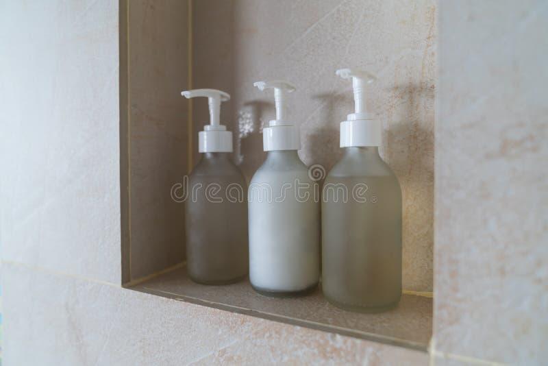 Abschluss herauf Baumflaschen pumpen in Badezimmer lizenzfreie stockbilder