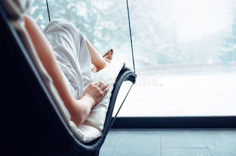 Abschluss herauf Bildfrauenkörper entspannen sich in welness Zone lizenzfreies stockbild