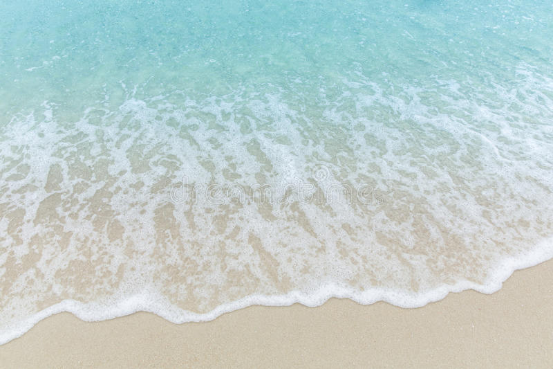 Abschluss herauf blaues Meerwasser bewegt auf weißen Sandstrand, schönes Blau wellenartig stockfoto