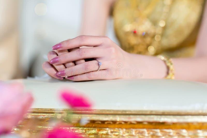 Abschluss herauf Brauthandshow-Diamantring in der Hochzeitszeremonie lizenzfreie stockfotografie