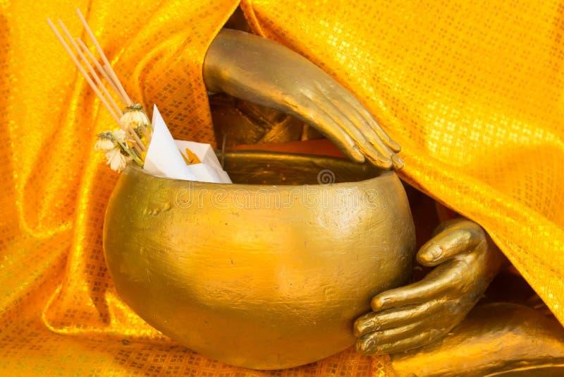Abschluss herauf Buddha, der eine Schüssel hält lizenzfreies stockbild