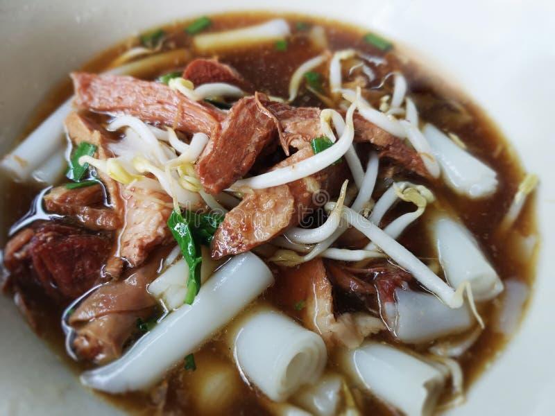 Abschluss herauf chinesische Rollennudelsuppe in einer weißen Schüssel Setzen Sie populär das Schweinefleisch in gekochtes Was lizenzfreie stockfotografie