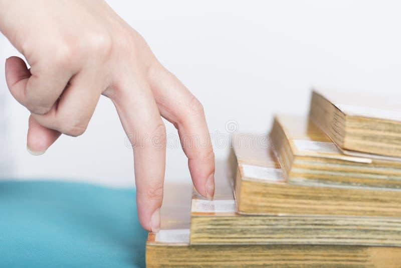 Abschluss herauf das Fingergehen steigern Treppe zum Ziel lizenzfreie stockfotos