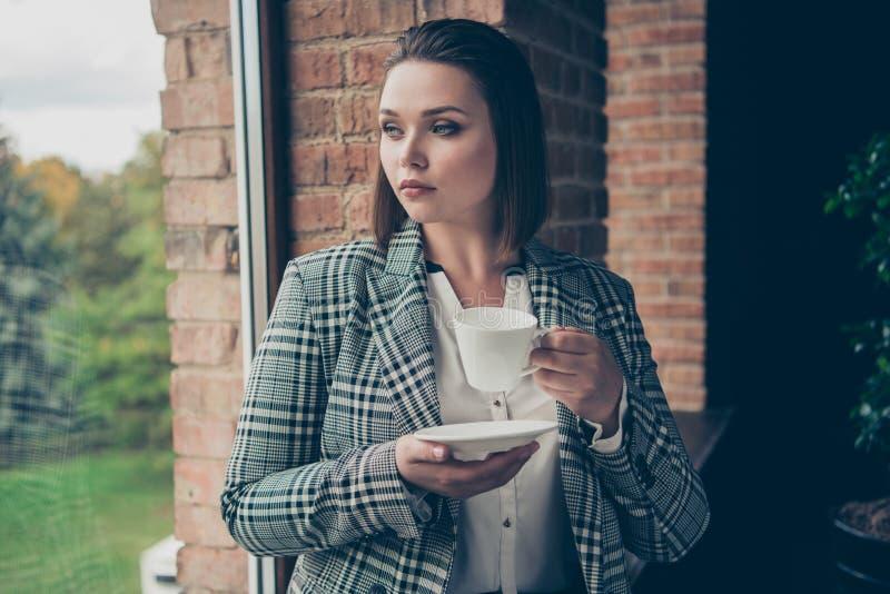 Abschluss herauf das Fotoüberraschen beschäftigt konzentrierte sie ihre Geschäftsdame Blick durch Fensterträumergriff-Armhandweiß stockfotos